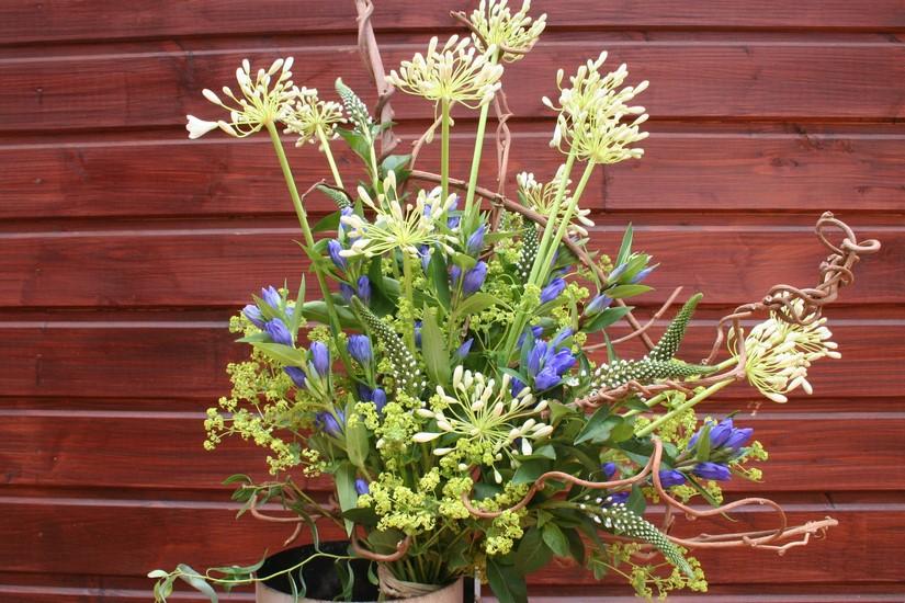 photo d'un bouquet structuré en hauteur bicolore bleu et blanc.