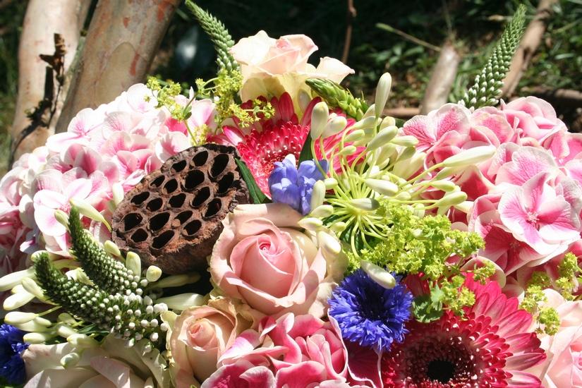 photo d'un bouquet de fleurs dans les tons tendres, rose, bleu, blanc.