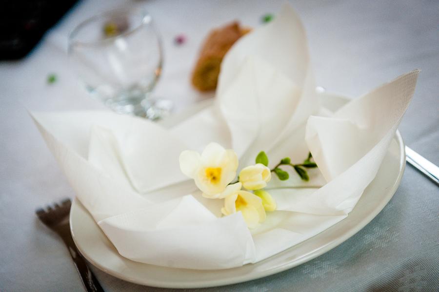 photo d'une assiette décorée d'un freesia blanc
