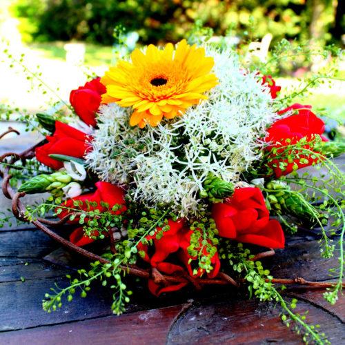 photo d'un bouquet rond tons chauds et blanc