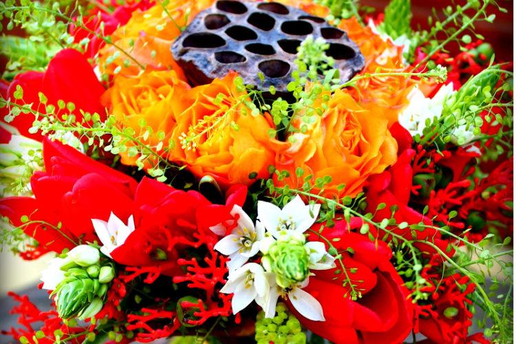 Photo d'un bouquet rond dans les tons chauds.