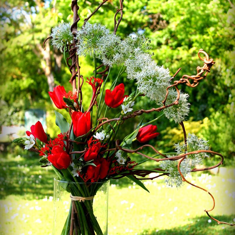 photo d'un bouquet structuré en hauteur bicolore rouge et blanc.